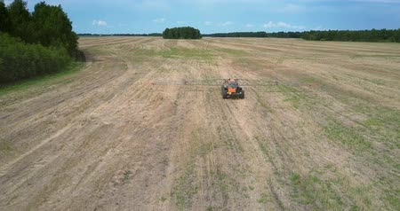 recentemente : fertilizer spreader moves to camera along harvested field Vídeos