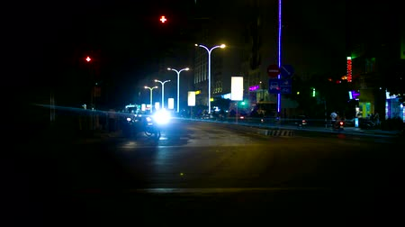 csomópont : streetlights illuminate cars on city night street junction Stock mozgókép