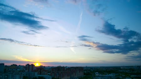 inspiração : fantastic sun disk on skyline at sunset above dark city