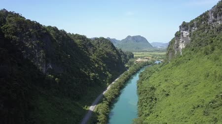 paralelo : aerial river and road on bank meander parallel in canyon Vídeos