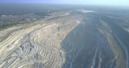 taş ocağı : panoramic view asbestos quarry and little town nearby Stok Video