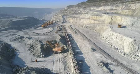 taş ocağı : big power shovel loads ore train with asbes in huge quarry