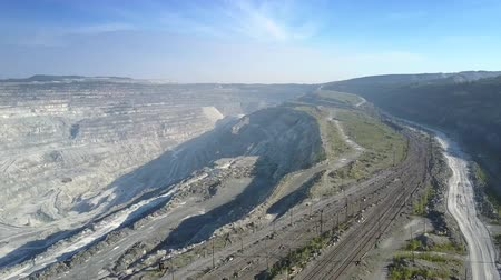 taş ocağı : motion above asbestos pit terrace with railroads and track Stok Video