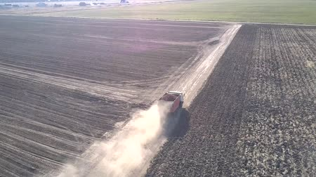 drone flies over truck with potatoes raising dust clouds Vídeos