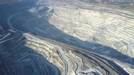 azbest : aerial panorama deep asbestos quarry in summer morning Wideo