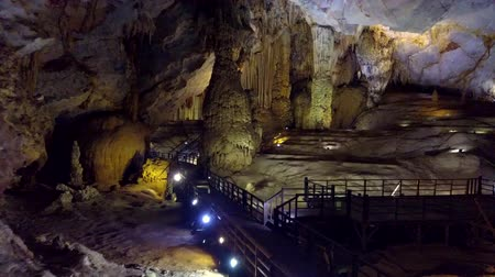 világörökség : PHONG NHAVIETNAM - MAY 10 2018: camera moves from illuminating lamps row to stalagmites and limestone floor in Paradise Cave world heritage site by UNESCO on May 10 in Phong NhaKe Bang