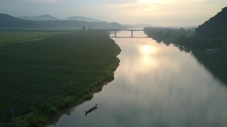 плато : beautiful wide river runs along boundless green fields with mountain ranges on background bird eye view