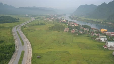 плато : beautiful panorama of green fields between village located on blue river bank and long wide asphalt highway