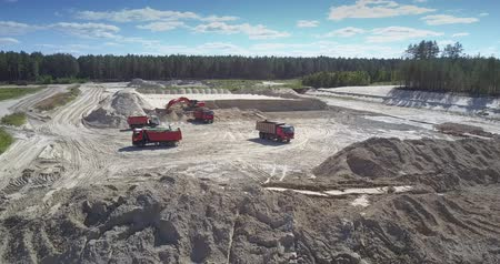 minério : TYUMENRUSSIA - JULY 22 2018: Loading huge tip trucks with sand ore by powerful digger at quarry near old forest on summer day aerial view. Concept ecosystem disturbance on July 22 in Tyumen Vídeos