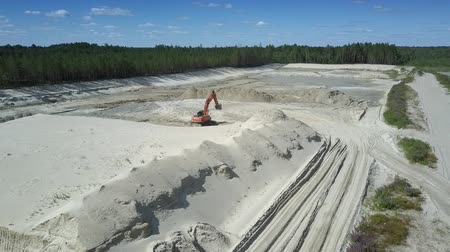 minério : TYUMENRUSSIA - JULY 22 2018: Huge sand quarry with modern digger and ore hills between green wood and tranquil lake aerial view. Concept disruption of ecological balance on July 22 in Tyumen Vídeos