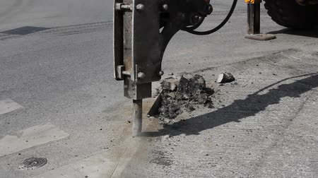 молоток : Breaking the asphalt pavement with jack hammer, full hd video, with the original sound