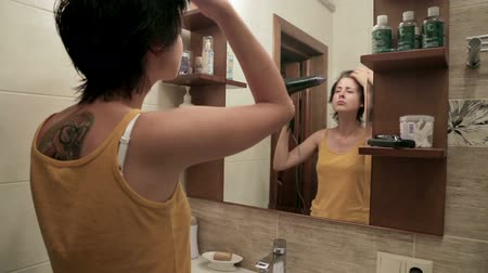 banyo : Happy woman drying her hair in bathroom. Stok Video
