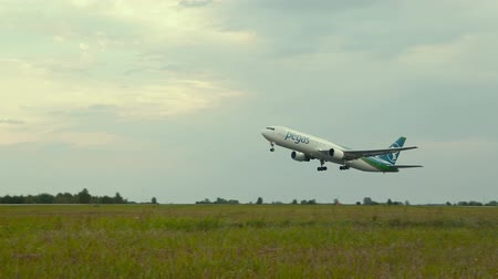 взятие : Plane taking off runway