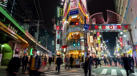 основной : Shimbashi, Japan- February 6, 2019: 4K time lapse video of People walking in the street bars early evening to reveal the main intersection and nightlife