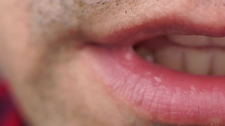 борода : Extreme close up video mans lips speaks