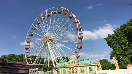 gigante : BERLIN - JUNE 3, 2017: Ferris Wheel Ferris Wheel at German Fun Fair turning