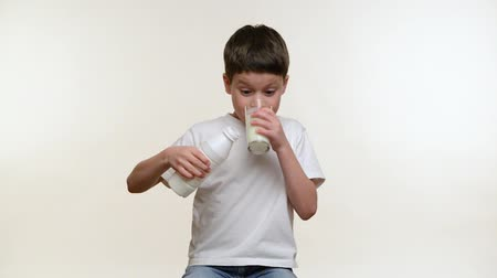 молочный : Boy drinking milk. White background