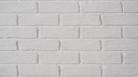 横向きに : white brick wall as background