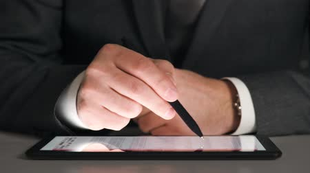 ksiegowosc : Businessman working on a tablet, analyzes the graphs and tables, hands closeup. Wideo