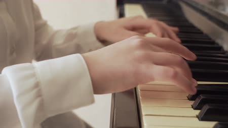 akord : closeup of a young girl hands playing old piano