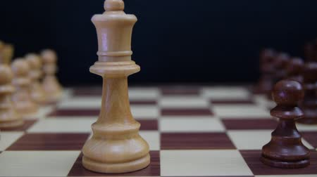 peão : Black pawn challenging white queen