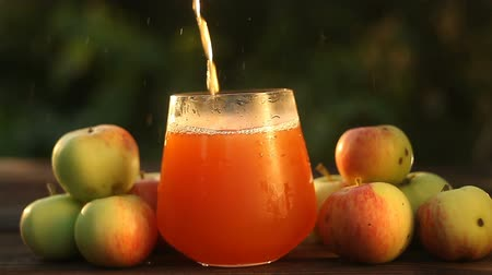 film : Delicious fresh squeezed apple juice in transparent glass Stok Video