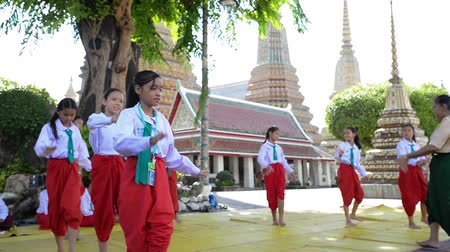 wat pho : Bangkok, Thailand - July 31, 2016 Unidentified group of Thai student is practicing Thais tradition dance at Wat Pho or official name is Wat Phra Chetuphon Vimolmangklararm Rajwaramahaviharn Stock Footage