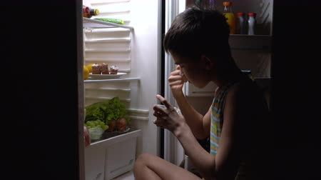 ataque : The teenager opened the refrigerator in the middle of the night and started eating pudding and cake. Vídeos