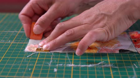el sanatları : The tailor makes marking with chalk on jacquard cloth with a measuring tape. Stok Video