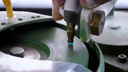 colômbia : An gemstone cutter polishes a emerald on a faceting machine with chromium oxide in a cutting and polishing workshop. Vídeos