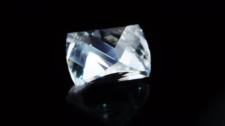 faceta : The gem with a crack revolves around its axis. Black background. Vídeos