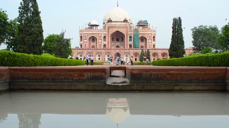 могила : crowds walking around Humayuns Tomb New Dehli Стоковые видеозаписи