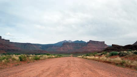 batı : Dirt road in barren landscape of Utah, USA
