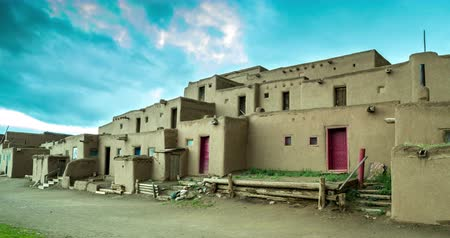 meksyk : Morning over Taos Pueblo - The multi-storied adobe buildings have been continuously inhabited for over 1000 years. Wideo
