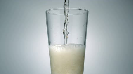 karbonatlı : Ginger ale being poured in a glass, Slow Motion