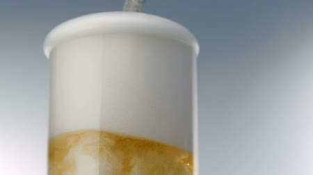 üdítő : Beer foams over glass, Slow Motion