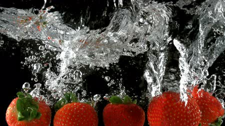 çilek : Slo-motion strawberry through water