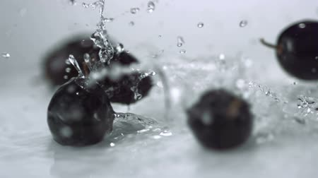 üdítő : Slo-motion grapes rolling through water