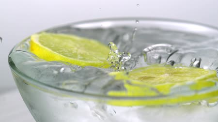 ferahlatıcı : Slo-motion lemon slices into glass