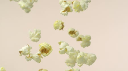 попкорн : Popcorn falling in the air shooting with high speed camera. Стоковые видеозаписи