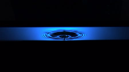 geisoleerd : Water rimpel met blauw en licht opnamen met high speed camera.
