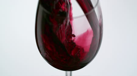 vinho : Pouring red wine into glass shooting with high speed camera. Vídeos