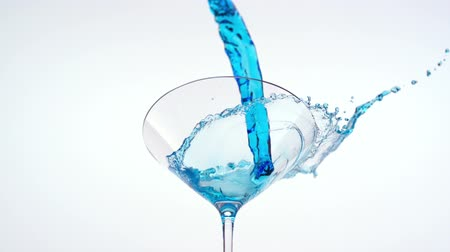 coquetel : Pouring blue martini into martini glass shooting with high speed camera. Vídeos