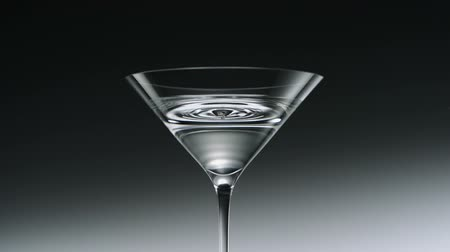 gotas : Water drop in martini glass shooting with high speed camera. Vídeos