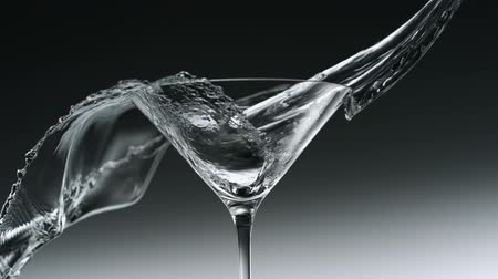 glas : Water splash in martini glas schieten met een high speed camera. Stockvideo