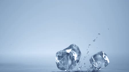 küpleri : Dropping ice cubes shooting with high speed camera. Stok Video