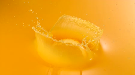 saft : Geschnittene Orange fallen in Orangensaft Mit High-Speed-Kamera. Videos