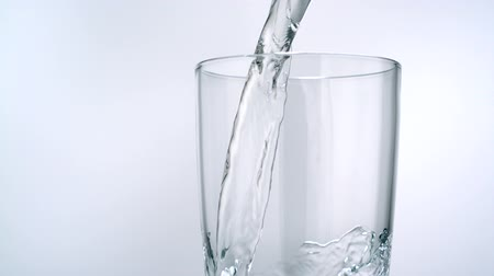 glas : Gieten van water in glas schieten met een high speed camera. Stockvideo