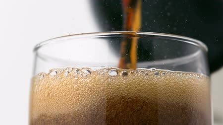 bubbels : Gieten cokes in glas schieten met een high speed camera.