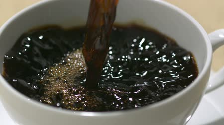 xícara de café : Pouring coffee into cup shooting with high speed camera, phantom flex.